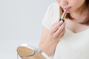 口紅を塗る女性の画像