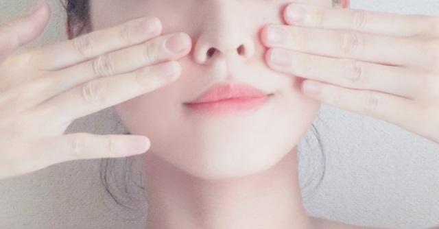 ヒアルロン酸注射の効果を確認する女性のイメージ