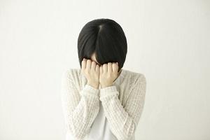目元に悩む女性の画像