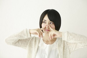 鼻に悩む女性の画像
