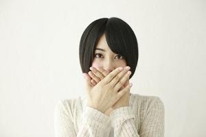 あごに悩む女性の画像